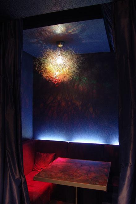 цветные ниши - кабинеты в клубной части кафе