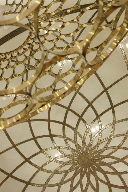 Сочетание белого и золотого, логичная симметричная структура
