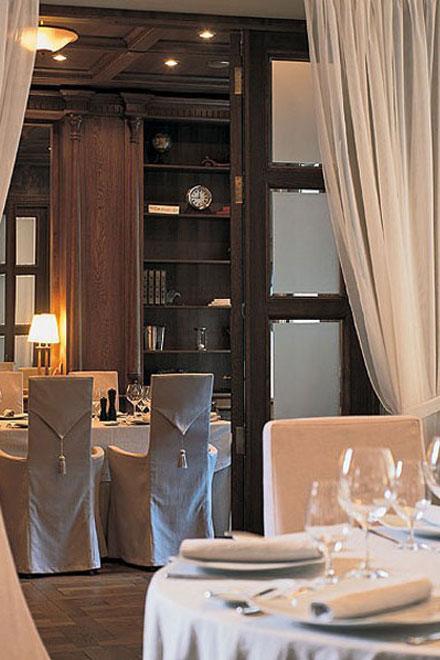 дворцовый интерьер ресторана одновременно элегантый и по-домашнему уютный