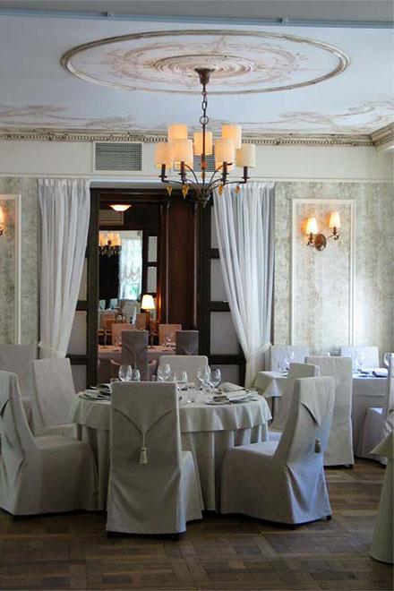 Потолок украшает гризайль в духе орнаментов классицизма