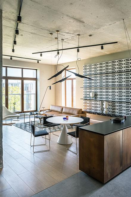 бетонные и медные поверхности, резное панно, предметы - иконы современного дизайна