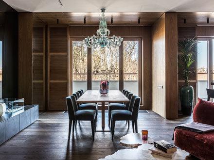 холодное дневное освещение компенсировано разнообразными фактурами и теплыми цветами мебели