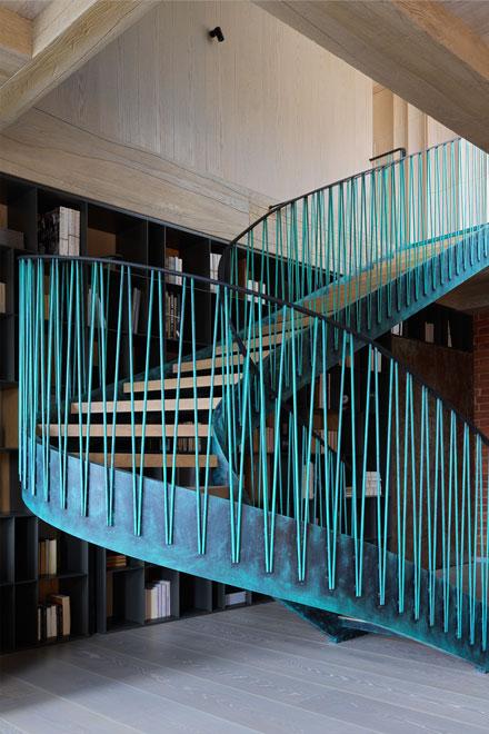 Поднимаясь по ажурной лестнице вдоль библиотеки на 2-ой этаж, удобно захватить с собой пару книг для чтения в спальне.